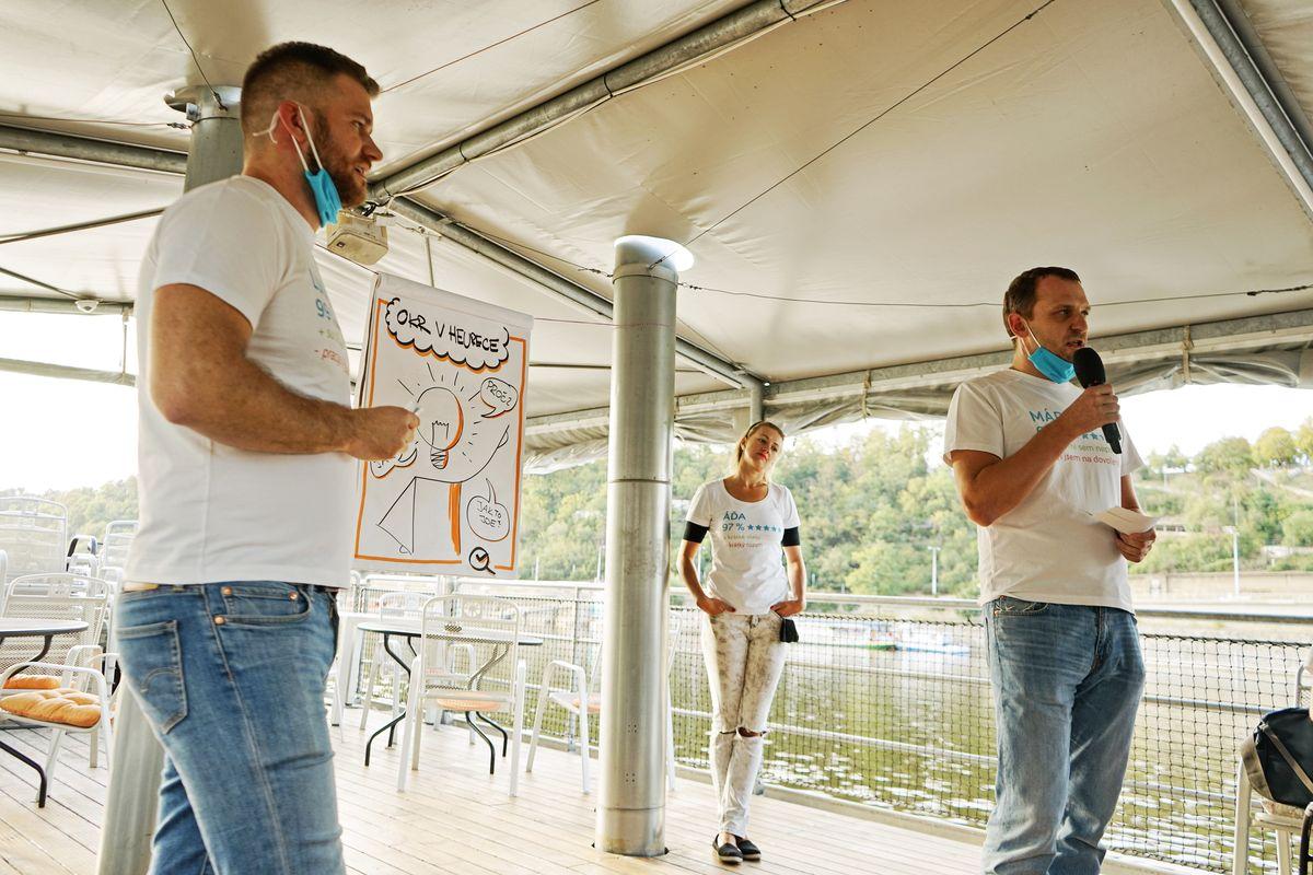 Lukáš Putna (CTO) a Marek Grynhoff (CPO) prezentují na OKR Meetupu naše Aha momenty